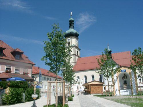 Kirchenvorplatz mit Wallfahrerweg